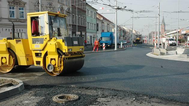 """O víkendu byla omezena doprava v Trnovanech, pokládal se """"koberec"""" na kruháku u OBI"""