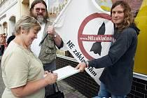 Marie Volšanská podepisuje na Benešově náměstí v Teplicích petici za celostátní refrendum o radaru.