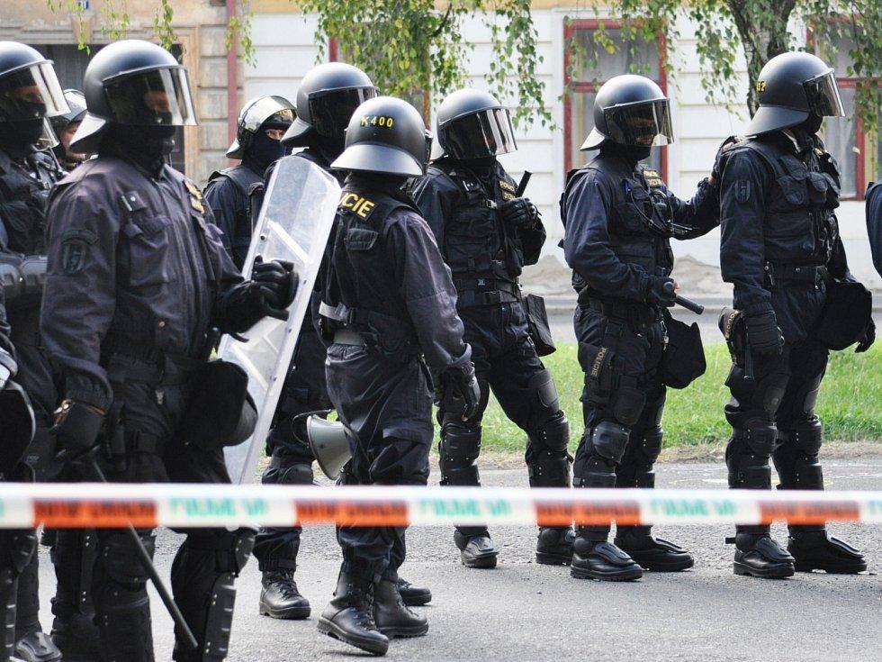 Policisté v Duchcově, kde se konaly demonstrace za klidný život ve městě.