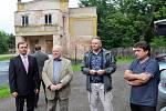 Starosta Dubí Petr Pípal (vlevo) společně s generálním ředitelem Českého porcelánu a.s. v Dubí Vladimírem Feixem (uprostřed) předali stavebním firmám klíče od kina (vzadu), které projde rekonstrukcí.