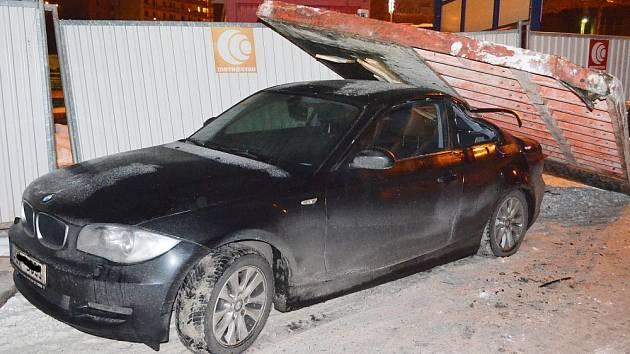 Na auto spadlo bednění ze stavby