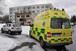 Po pracovním úrazu proudem zasahovali v Tovární ulici v Dubí záchranáři.