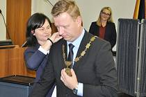 Z ustavujícího zastupitelstva v Teplicích. Nový primátor Hynek Hanza.