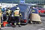 Hasiči z Duchcova na Teplicku v závěrečné fázi soutěže ve vyprošťování lidí z havarovaných aut.