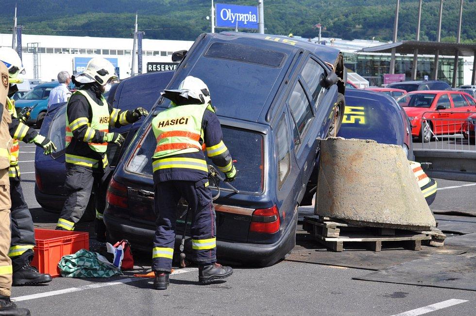 Hasiči z Duchcova vyprošťují zraněnou osobu z auta při krajské soutěži.
