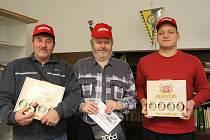 PODZIMNÍ TIP LIGA se nejvíce vyvedla Lubomírovi Pavelkovi (uprostřed). Stříbrný skončil Josef Holub (vlevo), bronzovou příčku obsadil Tomáš Zvonař (vpravo). V redakci Teplického deníku všichni tři společně zapózovali s cenami pro vítěze.