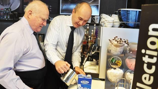 Kávu s využitím techniky late art hostům připravoval generální ředitel Českého porcelánu Vladimír Feix společně s ředitelem Mc Donaldu Michaelem Fridrichem. Byla výborná.