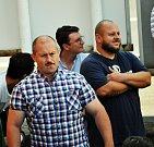 Demonstrace DSSS za nedávný incident na koupališti se konala před budovou MěÚ v Dubí.