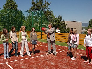 Slavnostní otevírání nového sportovního hřiště v Bílině.