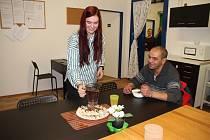 Nízkoprahové denní centrum provozuje nezisková organizace Květina, z. s. na adrese Denisova 235/3 vTeplicích – Řetenicích.