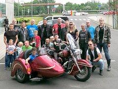 Společné foto motorkářů s Kryštůfkem. (Na snímku jsou hlavně ti, co se objeví v kalendáři.).