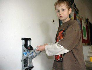 Tomáš Piškule ukazuje, jak funguje stlačovač plastových lahví.
