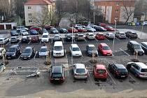 Před poliklinikou je 85 nových míst k parkování