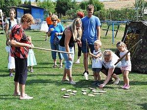 Den zábavy 4 s kapelou Modlanská skládka se konal na hřišti místního Baníku.
