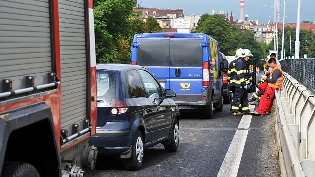 Nehoda tří vozidel na silnici Teplie - Bílina v zúženém směru od Bíliny na přemostění nad kolejemi Teplice - Lovosice.
