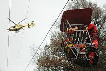 ZÁCHRANA ZE VZDUCHU. Letečtí záchranáři trénují na skalách, lezeckých stěnách, ale také na komínech a včera také na lanovce. Využili toho, že je zde výluka kvůli pravidelné revizi.
