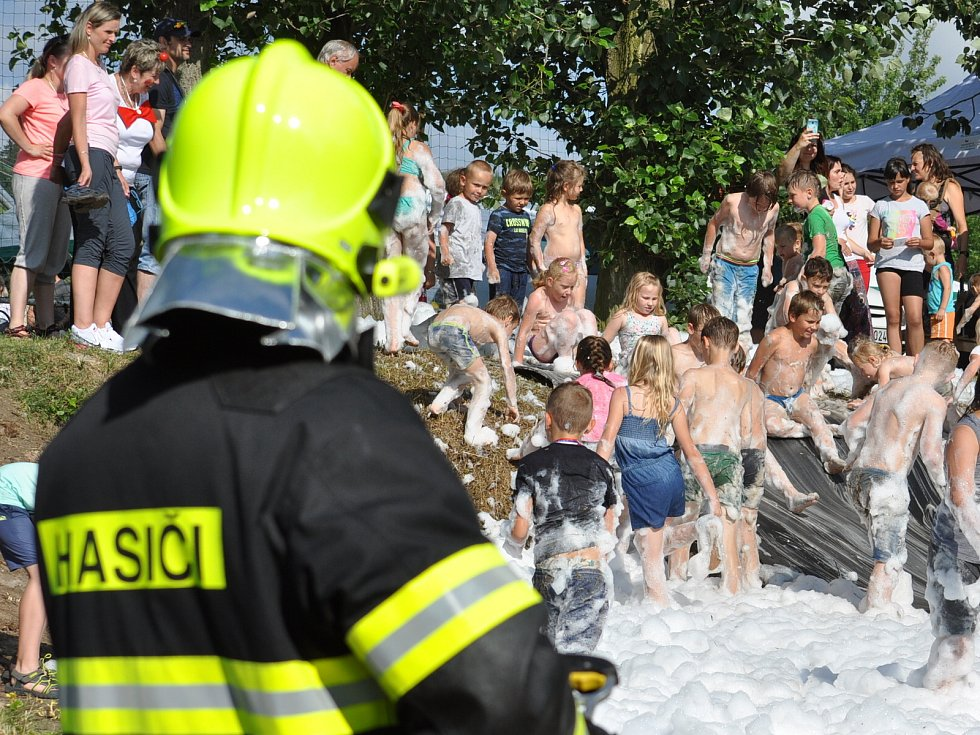 Ze Dne dětí v Kostomlatech pod Milešovkou, který se konal v sobotu na fotbalovém hřišti.