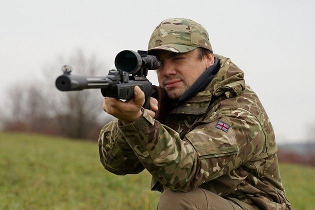 Karel Jiroušek pomáhá vychovat nové skláře. Rád střílí na terč.