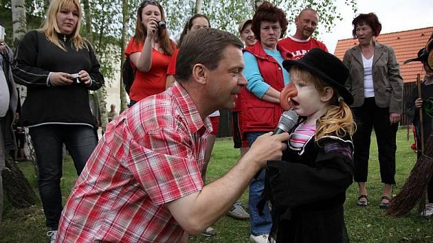 VYHLÁŠENÍ. Petr Pípal rozmlouvá s Terezou Vrculovou, vítězkou Miss Čarodějnice pro rok 2010