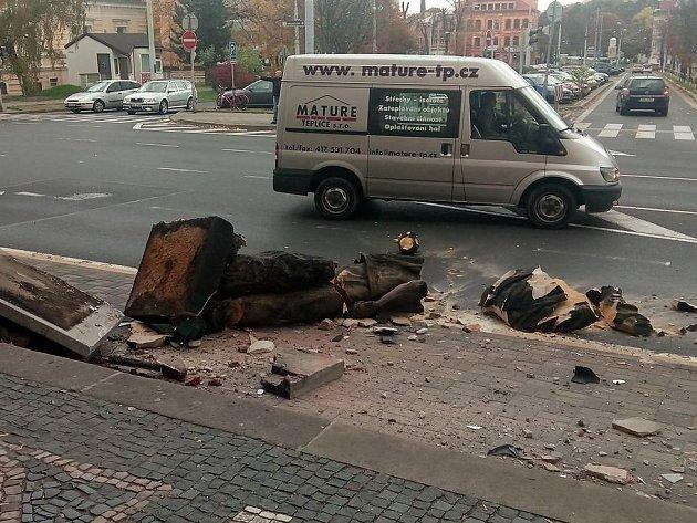 Řidič ve směru zTrnovan na Řetenice naboural jiné auto a srazil sochu uteplického nádraží.