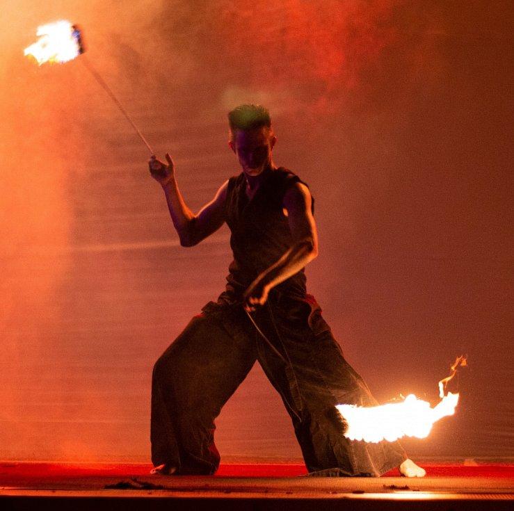 Během roku absolvuje duo Tom a Míša 55 představení. Kromě ohně používají i různé světelné efekty