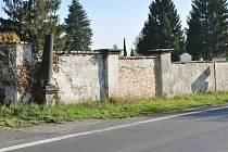Chtějí opravit dlouhou zeď kolem hřbitova