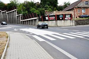 U přechodů pro chodce v ulici Spojovací u Lidlu a v ulici Mostecká v zatáčce u základní školy přibudou zpomalovací pásy na silnici.