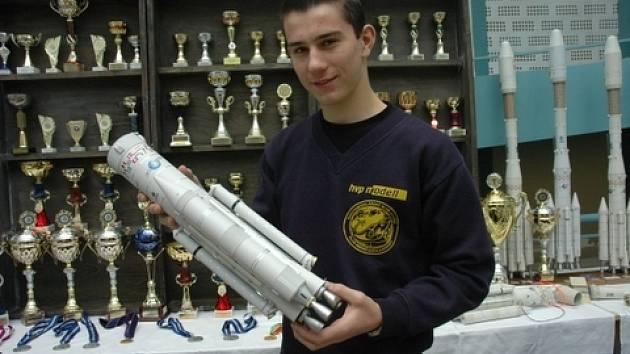 Marek Pavka ukazuje část makety rakety Adriana