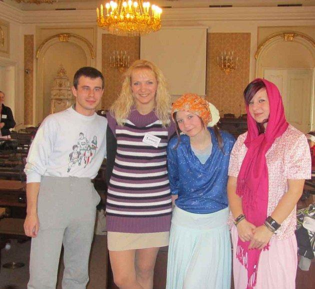 Učitelka Irena Bednářová z Gymnázia a SPŠ Duchcov (druhá zleva). Foto z krajského kola soutěže/ archiv
