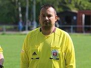 ROZHODČÍ Karel Beneš musel v utkání Sobědruhy – Novosedlice řešit nesportovní chování domácího hráče Vladimíra Žira.