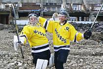 Hokejbalisté Wizards Krupka pózují na ruinách zimního stadionu