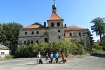 Na zámku v Mirošovicích se propadla střecha, prostory pro jistotu prohlédli psovodi z dubského hasičského sboru.