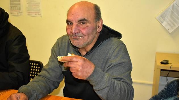 Tepličtí bezdomovci. Karel Jouza žije v ruině v Mlýnské ulici. Bezdomovcem už je skoro 30 let.