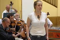 Bronislava Tomanová – soprán je absolventkou Pedagogické Fakulty v Praze a Pražské konzervatoře.
