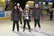 Bruslení na umělém ledě u obchodního centra Olympia