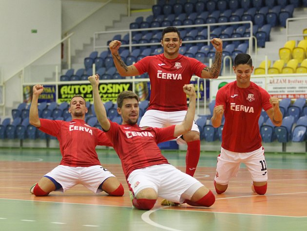 TEPLIČTÍ FUTSALISTÉ chtějí zažít v nové sezoně spoustu radosti. Zleva Šebek, Baran, Claudio a Černý.