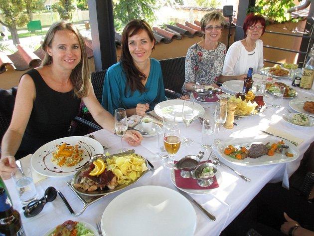 Jana Burdová, Tereza Kostková, Helena Olexová a Irena Pískačová si společný oběd vPraze užily.