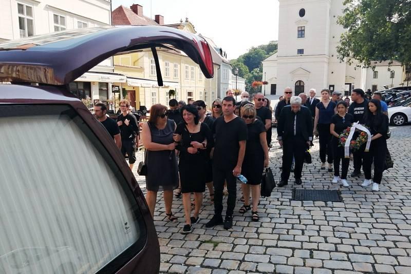 Odvážení rakve po bohoslužbě v kostele sv. Jana Křtitele