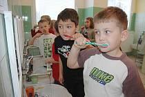 Děti se učily čistit zuby na pejskovi Puntíkovi