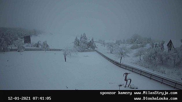 Pohádkově, bíle, zasněženě to vúterý ráno vypadalo na Dlouhé louce nad Osekem.