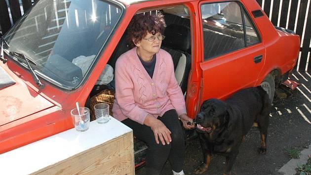 Jaroslava Medunová již nemusí se svou fenkou Sindy bydlet v autě, má nyní byt.