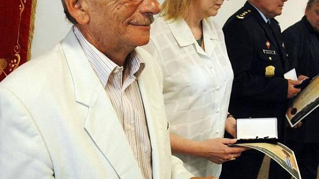 Tepličtí hasiči ocenili pamětními medailemi své dlouholeté spolupracovníky, včetně Deníku
