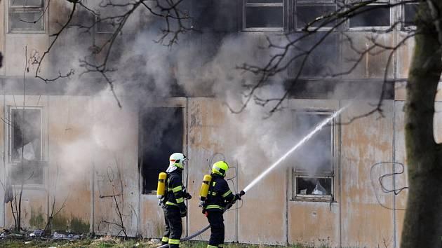 Hasiči zasahují v objektu bývalého učiliště. Bezdomovci si topili