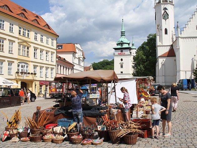 Přípravy na zahájení lázeňské sezony v centru Teplic probíhaly po celý pátek.