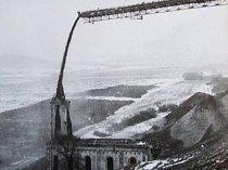 Pod tunami skrývky zmizela i dominanta Radovesic a to kostel Všech svatých. Zasypávání památky začalo v březnu 1983.