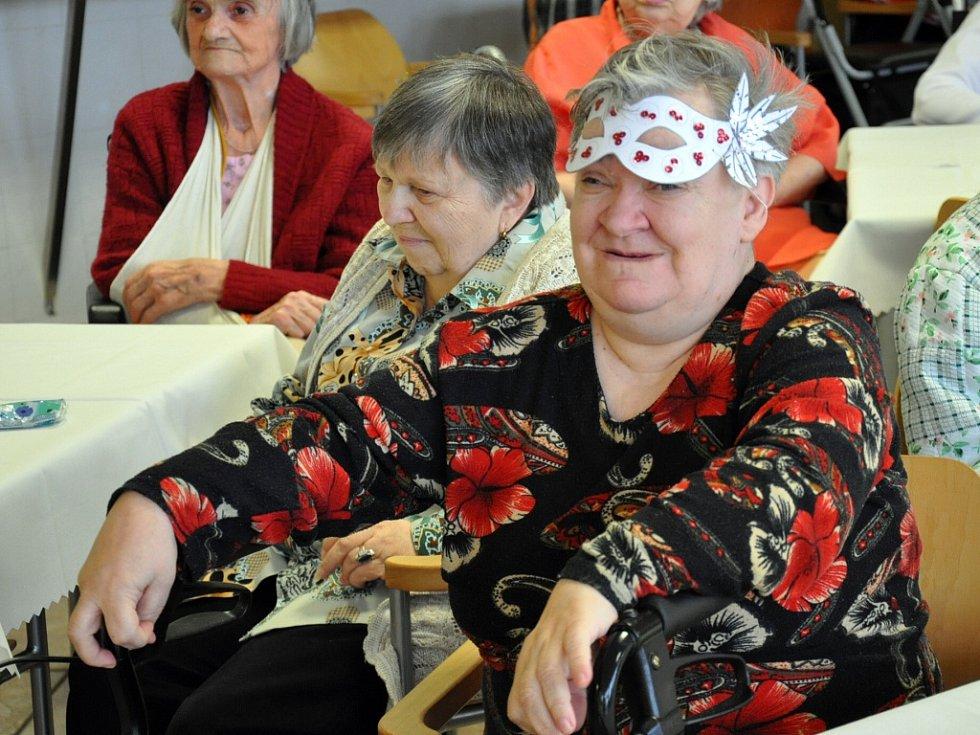 V drsný saloon s obsluhou v kostkatých košilích a se stetsony na hlavách se proměnila jídelna Domova důchodců v Bystřanech.