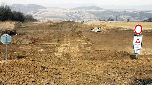 TADY BUDE DÁLNICE! Pohled ze silnice mezi Řehlovicemi a Žimem. Bude se stavět přemostění, náspy, sjezdy, nájezdy.