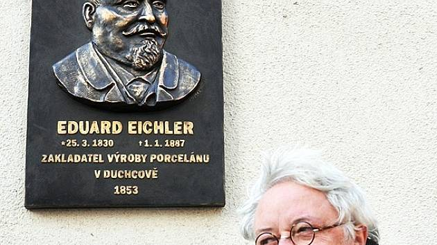 V Duchcově byla včera odhalena pamětní deska, věnovaná zakladateli výroby porcelánu Eduardu Eichlerovi. Na snímku je s autorem desky M. Mráčkem.