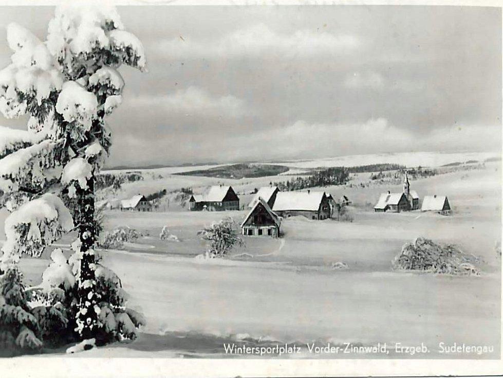 Zima v Krušných horách na archivních pohledech a fotografiích. Sportovní louka na Cínovci.