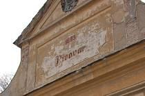 Budovu pivovaru v Bílině stále charakterizuje starý nápis